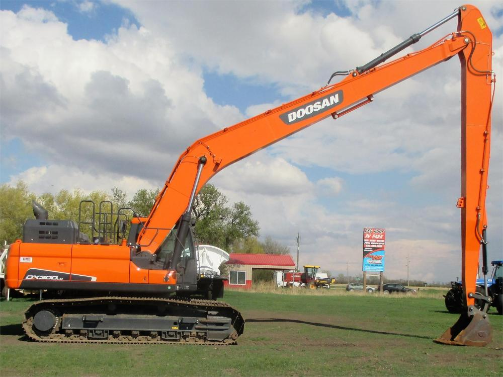 Detail photo of 2016 Doosan DX300LC-5 from Construction Equipment Guide