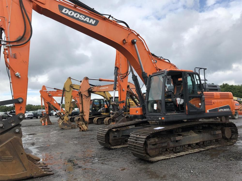 Detail photo of 2014 Doosan DX300LC-5 from Construction Equipment Guide